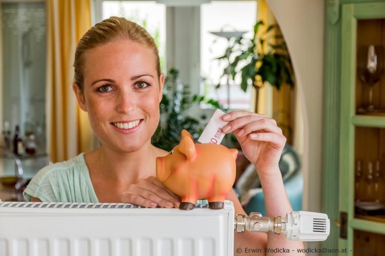 Eine junge Frau spart Geld durch richtig heizen