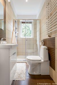Kleines Badezimmer mit WC Sitz
